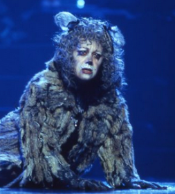 Elaine Paige as Grizabella (Photo: Joth Shakerley)